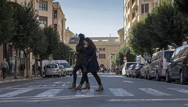 Foto de la segunda mitad de la calle San Andrés, abierta al tráfico y con un importante flujo de vehículos.