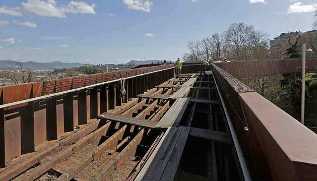 A mediodía, los operarios habían retirado la mayor parte de los tablones de madera de ipe y dejaron a la vista el interior de la pasarela.