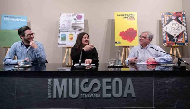 Desde la izquierda, Miguel Iglesias, Marta Martínez y Pablo Abarzuza. Detrás, los libros premiados.