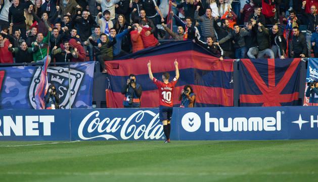 Roberto Torres celebra el gol al Nàstic con Graderío Sur al fondo en plena ebullición.