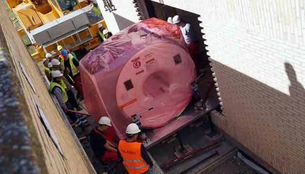 Operarios introducen la resonancia magnética en el edificio del hospital Reina Sofía de Tudela