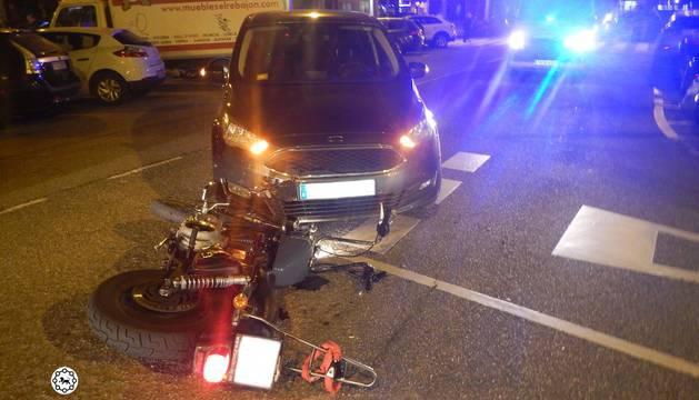 Estado de la motocicleta tras colisionar contra el turismo este lunes en la calle de Monasterio de la Oliva, en Pamplona.