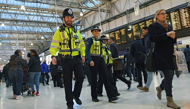 Dos agentes de policía montan guardia en la estación de tren de Waterloo, este martes en Londres (Reino Unido).