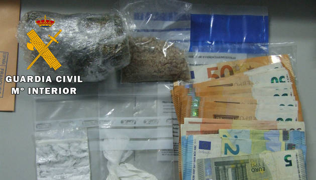 Droga y dinero incautados por la Guardia Civil.