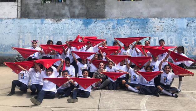Alumnos de la escuela rural 30 de Junio (Municipio San José El Rodeo, departamento de San Marcos), con los pañuelos de San Fermín en alto. En el centro, la profesora Natalia Galbán, de el CEE El Molino.