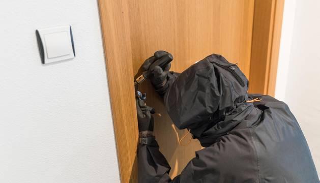 Recreación de un intento de robo en una vivienda.