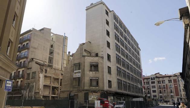 Confluencia de la calles Paulino Caballero y Cortes de Navarra, cuya fachada, con la de la avenida de San Ignacio, todavía sigue en pie.