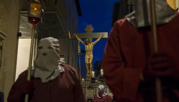 La figura en el momento de salir de la sede de la hermandad en la calle Dormitalería.