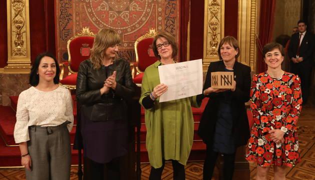 Las tres representantes de la Asociación Alaiz que han recogido el premio, junto a la Presidenta Barkos y la consejera Ollo.