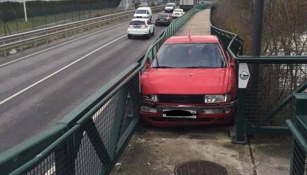 Imagen del vehículo empotrado en el paseo del Arga.