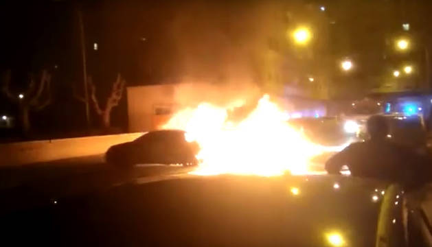 Imagen del fuego que ha afectado a dos contenedores y al menos a dos coches aparcados en la calle Ferial de Tudela.