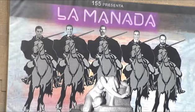 Albert Rivera, Pablo Casado, Felipe VI, Pedro Sánchez y Santiago Abascal montados a caballo y sobre ellos el título de la obra: 'la Manada'. El cartel está en la fachada del Ayuntamiento de Olot.