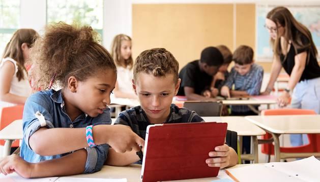 Niños estudiando en un colegio.