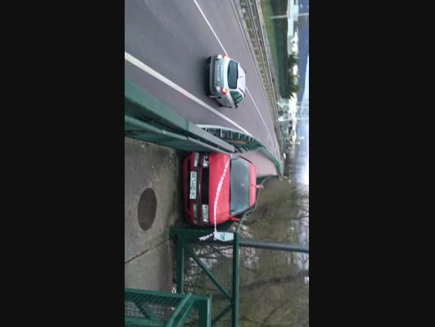 Vídeo del coche empotrado en el paseo del Arga.
