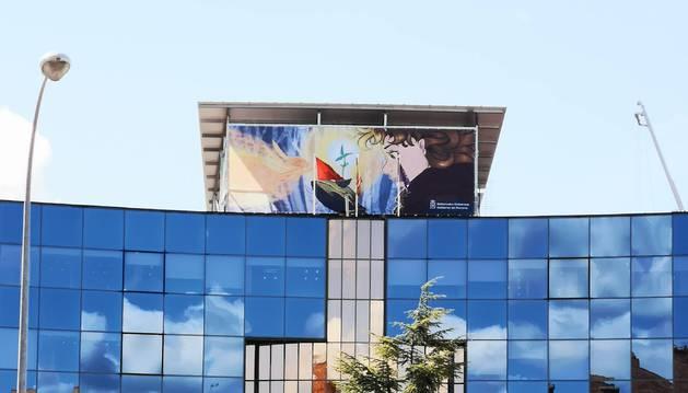 El cartel del concurso escolar corona el edificio de Innovación.
