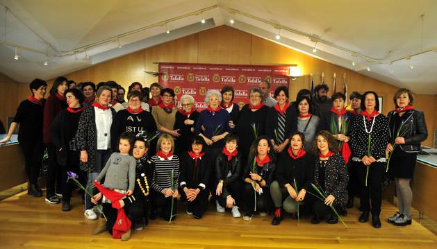Las mujeres homenajeadas se fotografiaron juntas, con las autoridades municipales, concluido el homenaje que se les tributó.