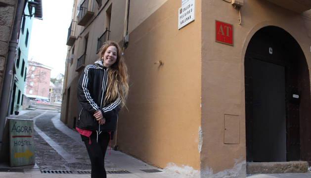 Junto a las placas.  A la izquierda, María Araiz en el callizo de los Pelaires de Estella, una de las dos calles en las que se han colocado placas de cerámica en recuerdo de Blanca Cañas. Arriba, detalle de una de ellas -la otra está en Carpintería- con el texto en recuerdo de la benefactora.