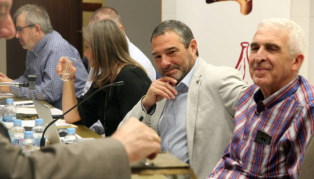 José Mari Agramonte, en el centro, observa cómo vota uno de los representantes de los congozantes.
