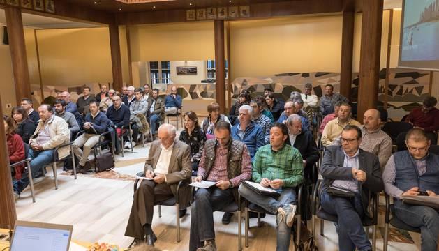 Foto de los asistentes a la Junta General que se celebró ayer en la sede de la Comunidad de Bardenas.