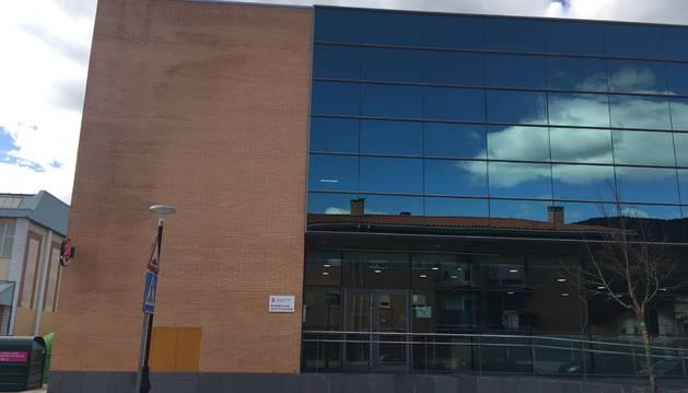 Vista del edificio multiusos de Berrioplano, con el cartel que anuncia el consultorio médico local.