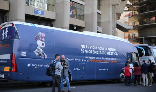 El nuevo autobús de Hazte Oír con el eslogan #StopFminazis.