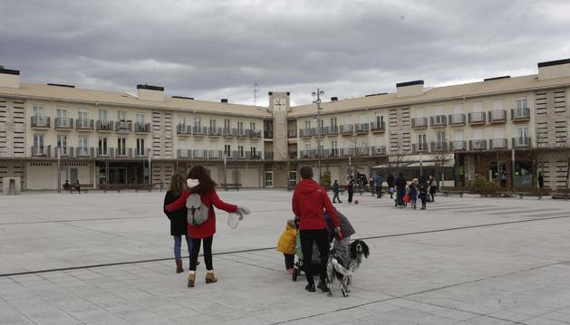 Escolares de vuelta a casa en la plaza Baltxarran de Cizur Menor.