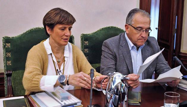 Los regionalistas Ana Elizalde y Enrique Maya, al inicio de la sesión.