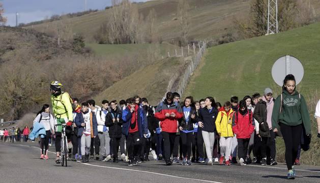 Varios grupos de peregrinos enfilan el Alto de Loiti durante la Javierada del pasado año.