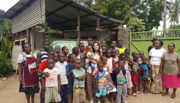 Marta Oreja Bernal, rodeada de niños de Mombasa (Kenia), durante su voluntariado del verano pasado.