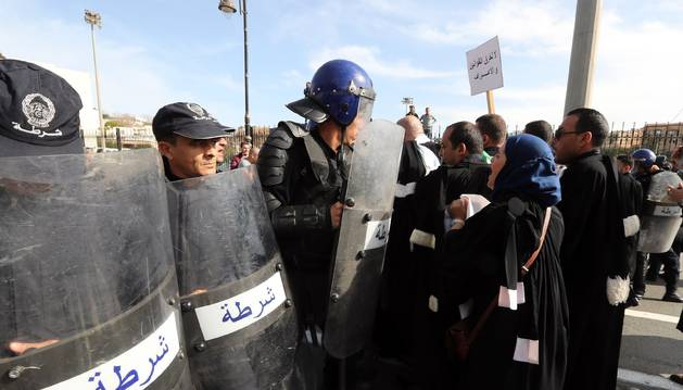 Tercer viernes de protesta masiva en Argel contra la reelección de Bouteflika