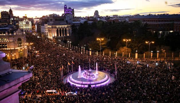 Vista general de la fuente de Neptuno con la concentración del 8M en Madrid.
