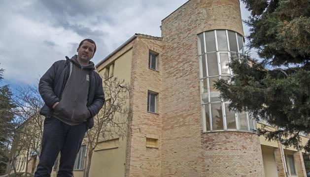 Iñaki Rifaterra Santamaría, en el exterior del ala del albergue Oncineda que albergó en su día el CAP.