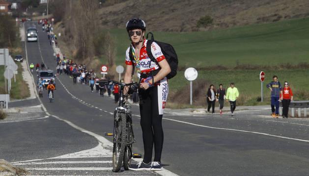 Iñigo Andueza, miembro del grupo scout La Vª Tropa,  espera a sus compañeros en un cruce. Es el segundo año que hace la Javierada en bici.