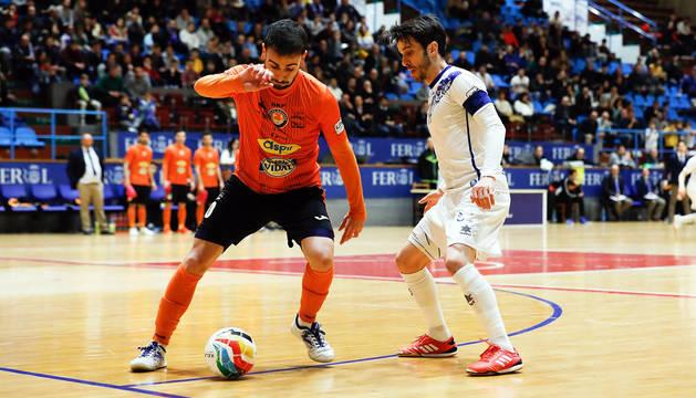 El cierre del Aspil, Sepe, defiende un balón en A Malata, ante un jugador rival de O'Parrulo.