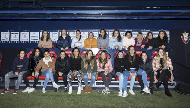 Las jugadoras de Osasuna Femenino, el pasado lunes por la tarde en El Sadar, sentadas en uno de los banquillos. Hoy jugarán en el estadio rojillo.