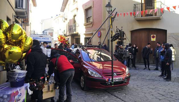 El equipo de rodaje de la película china 'Line Walker II' ha filmado esta semana en tafalla. la escena estrella ha sido la de una persecución de coches que se desarrolla durante un supuesto encierro de san fermín. cientos de navarros han participado en el rodaje como figurantes
