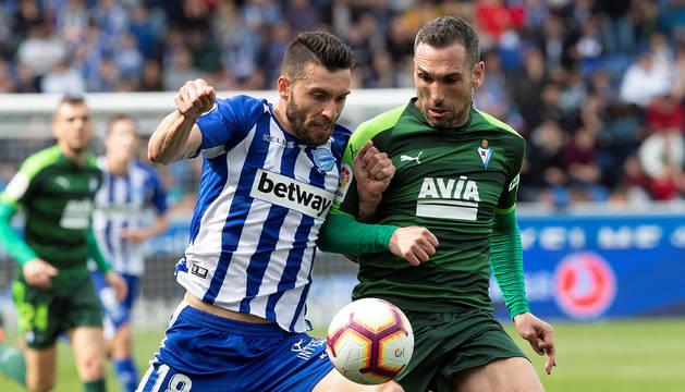 El delantero del Alavés Borja Bastón pelea un balón con el defensa del Eibar Anaitz Arbilla.