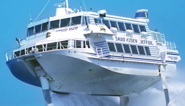 Un ferry hidroala con dirección a la isla de Sado.