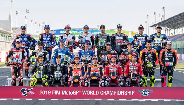 Los pilotos de MotoGP posan sobre el asfalto de Losail en el arranque de la temporada.