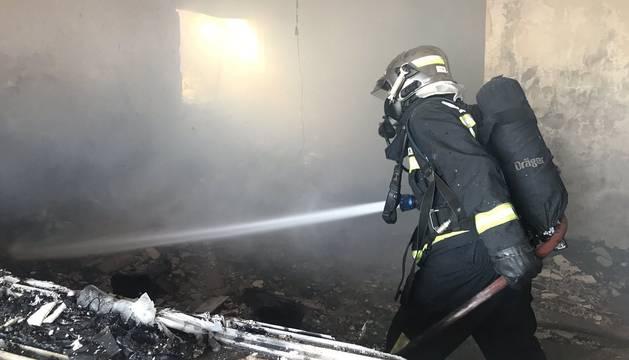 Un bombero trabajando en el incendio.