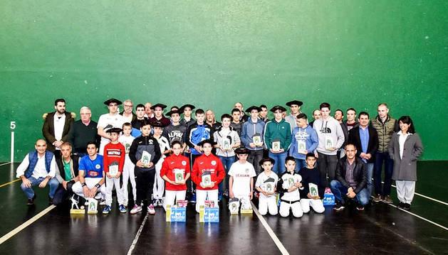 La foto de familia de todos los participantes en las finales del Cuatro y Medio de Zizur.
