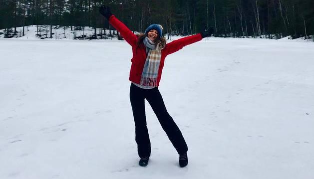 La alegría de Araitz Claramunt Oregi, de 22 años,  en un paisaje nevado de Finlandia.