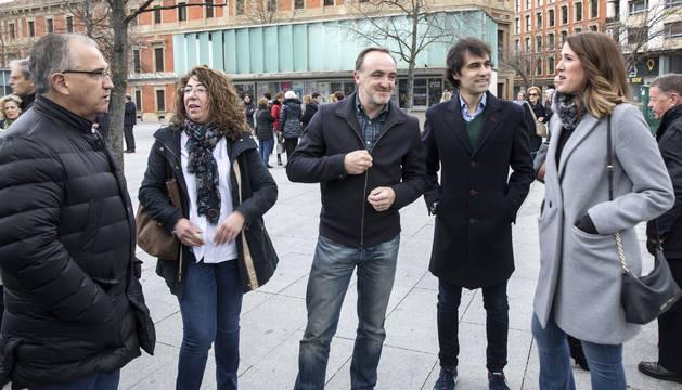 Desde la izquierda, Enrique Maya (UPN), Carmen Alba (PP), Javier Esparza (UPN), Ángel Ansa (UPN) y Ruth Goñi (Ciudadanos), este domingo en los prolegómenos del acto en memoria de las víctimas del terrorismo que tuvo lugar en la pamplonesa plaza de Baluarte.