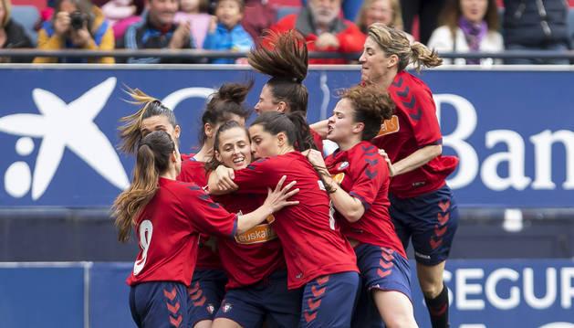 Lorena, en el centro, autora del primer gol, lo celebra con sus compañeras.