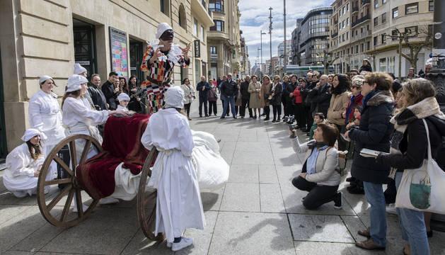 El arlequín de 'La serva padrona' explicando el teatro popular de Italia junto a sus compañeros.
