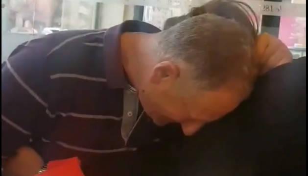 Foto del vídeo en el que Mai Garde, capitana de Osasuna, regala a su padre su camiseta.