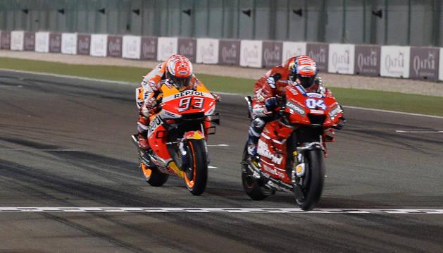 Andrea Dovizioso entra en meta con 23 milésimas de ventaja sobre Marc Márquez en el emocionante final del GP de Catar.