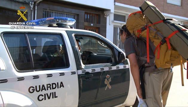 Una patrulla de la Guardia Civil atiende a una peregrina.