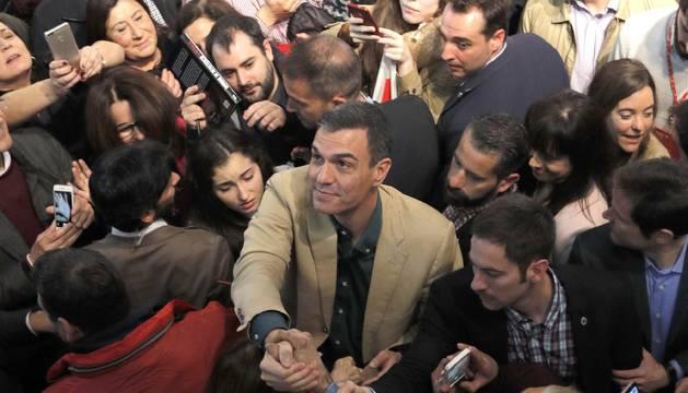 Foto del presidente del Gobierno, Pedro Sánchez, saluda a los asistentes al acto que el PSOE.