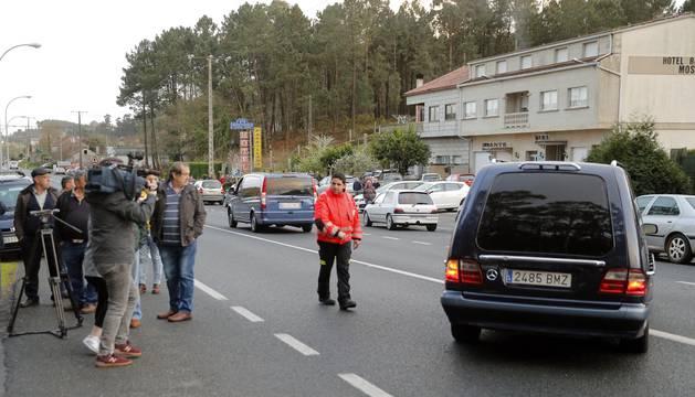 Los coches fúnebres con los dos cuerpos sin vida de un hombre de 46 años, que ha asesinado a su mujer tras lo cual se ha quitado la vida en Pontevedra.